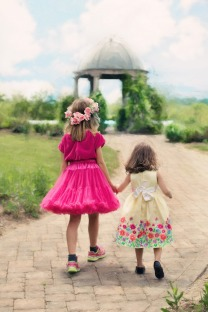 little-girls-walking-773024_1920